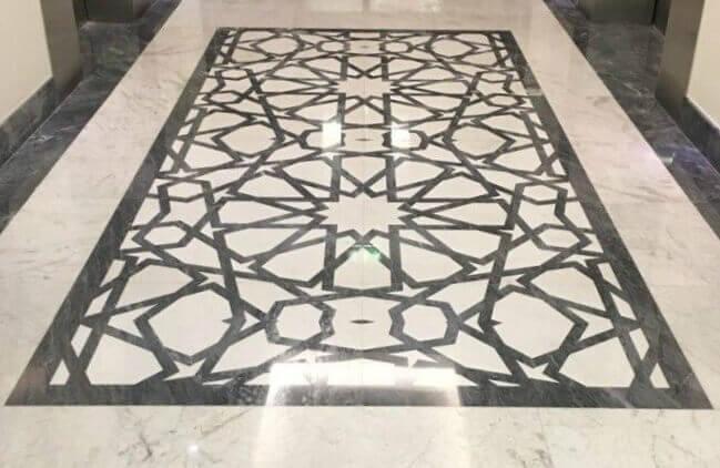 Mosaico en Waterjet de Blanco Volakas y Gris Rubina