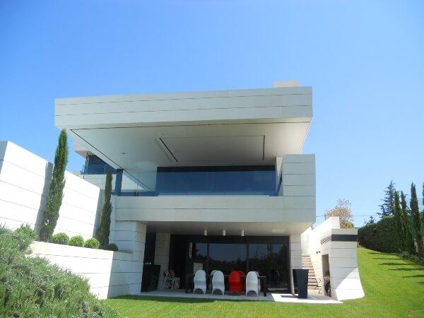 Villa Privada. Revestimiento en fachada con Caliza Alba