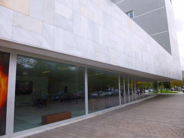 Detalle piezas mármol fachada ventilada