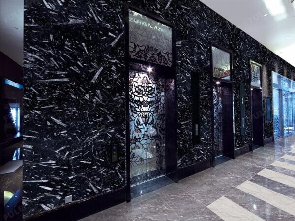 revestimiento de pared con marmol negro fosil black