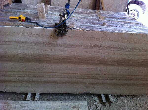 Inspeccion aleatoria para control calidad de tablas marmol en fabrica