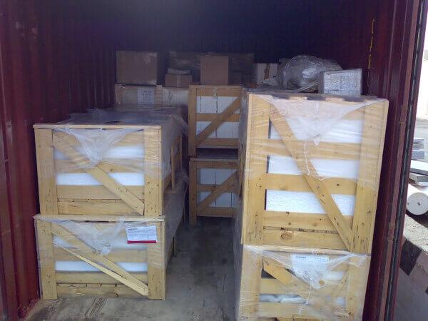 Inspeccion de cajones de marmol sellados y etiquetados para transporte en camion