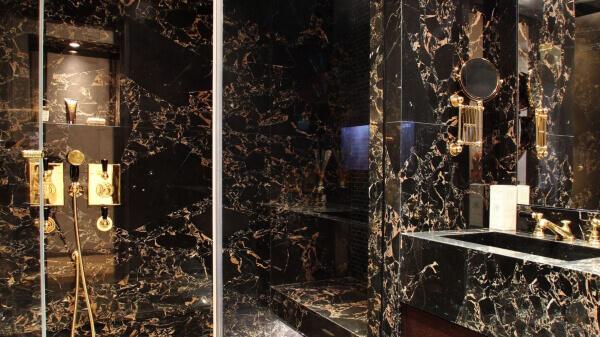 revestimiento de paredes y encimera de baño en nero portoro