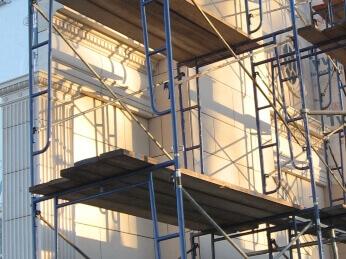 Inspeccion en obra durante instalacion fachada de piedra natural