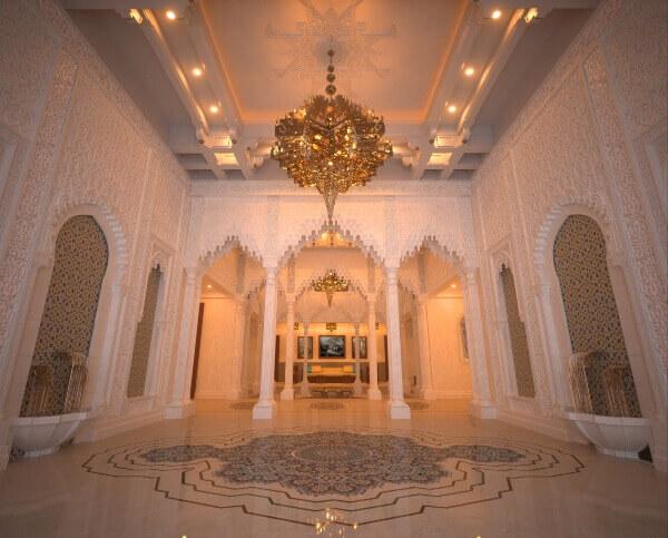 Entrada villa privada con suelo en crema marfil y marron emperador con rosetón cortado con waterjet