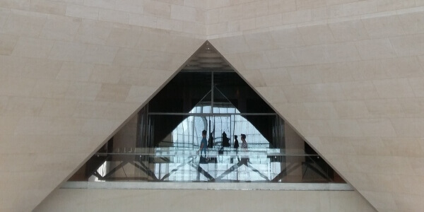 Detalle revestimiento piedra en interior museo de Doha, Qatar